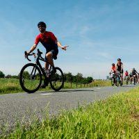 Fietsers doen mee aan de toertocht van de Ronde van Utrecht, onderdeel van het wielerfestijn De Ronde van de Maliebaan dat ieder jaar wordt gehouden sinds de start van de Tour de France in 2015.Cyclists ride with the Tour of Utrecht, part of the cycling festival the Tour of the Maliebaan.